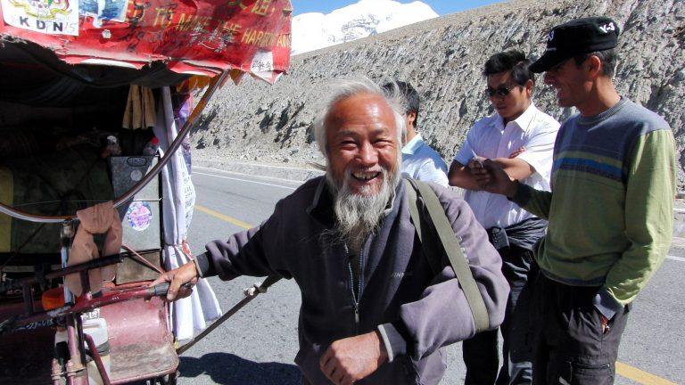 Chinesischer Radreisender im Himalaya